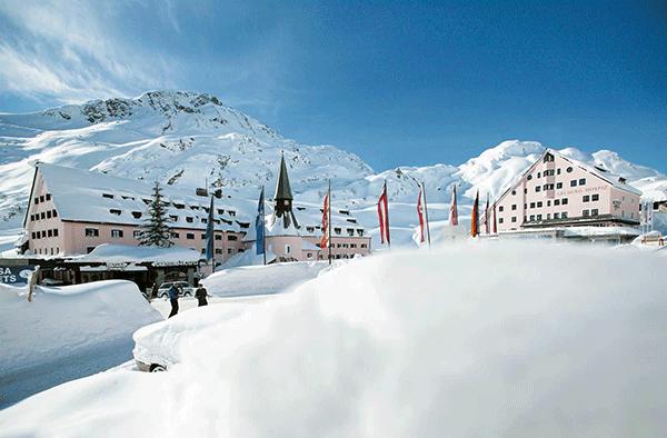 Arlberg Hospiz Hotel med den østrigske sol i ryggen