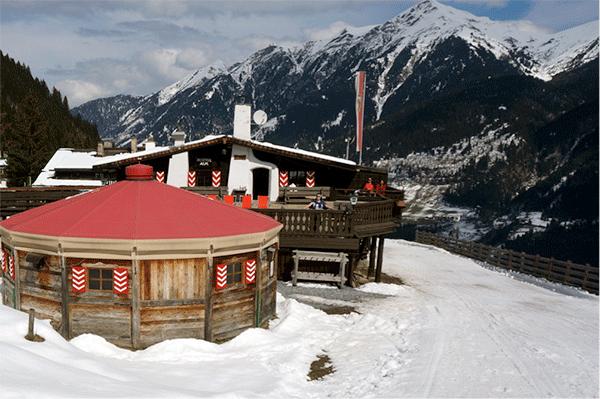 Bellevue Alms terrasse med østrigske alper i baggrunden
