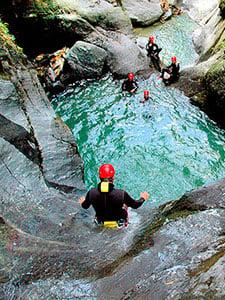 Canyoning svommer flyder og hopper du igennem klofterne i Alperne