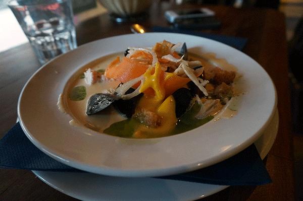 Fiskesuppen med muslinger og skalddyr