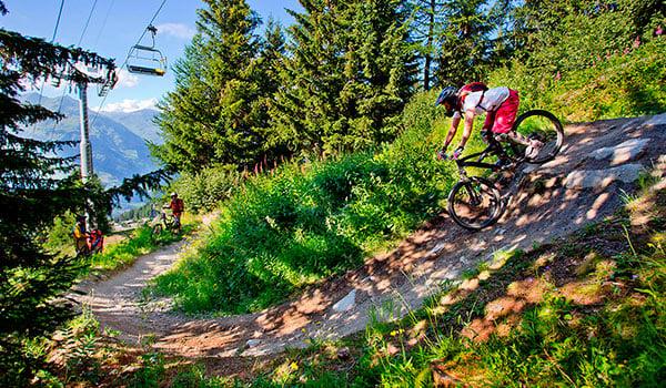 Pas pa med at nyde udsigten for meget pa vej nedaf bjerget pa din mountainbike