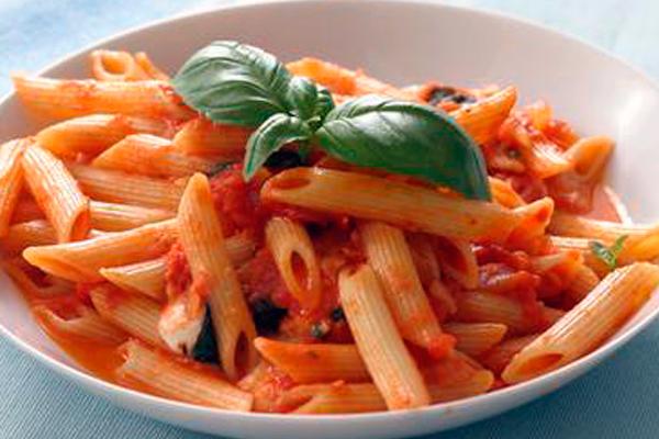 Pasta med tomatsovs er simpelt, men det smager fantastisk.