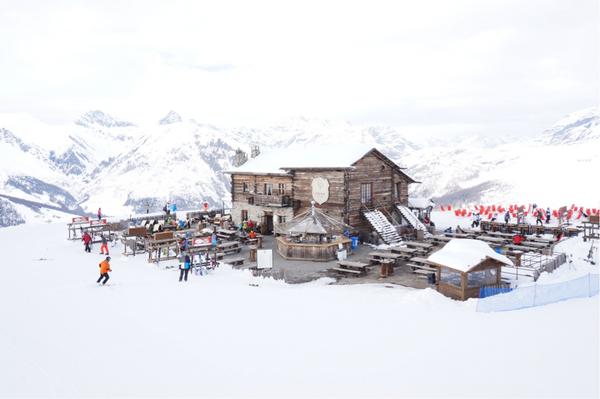 Camanel di Planon ligger 2.360 meters højde og har en fantastisk udsig over bjergene.