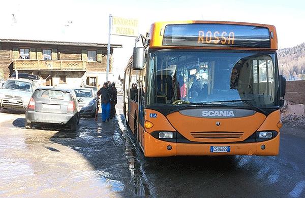 En rød bus ved Carosello 3000-stoppestedet.