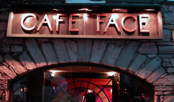På Café Face serverer de gratis tapas, hvis du køber drikkevarer