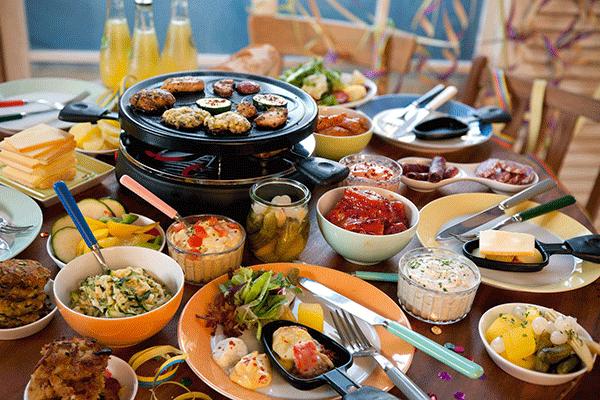 Raclette er perfekt til hyggelige familiemiddage på skiferien