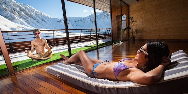 Le-Lagon-byder-på-et-hav-af-aktiviteter-fx-kan-du-slappe-af-og-dyrke-yoga-uden-for-i-din-bikini