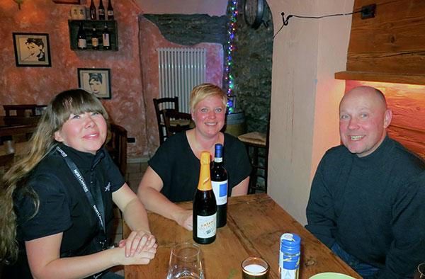 To-glade-Nortlander-gæster-med-vores-guide-i-Sauze-dOlux-Pernille
